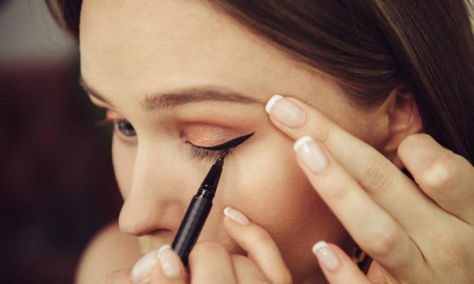 Προσοχή με το eyeliner: Τι μπορεί να πάθουν τα μάτια σας!
