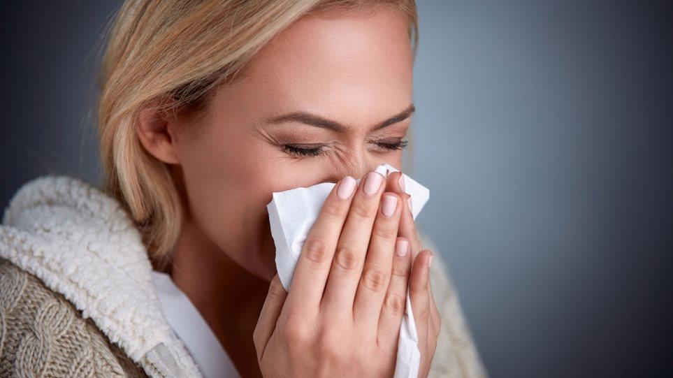 Κορωνοϊός: Επικίνδυνος συνδυασμός με τη γρίπη - «Θα έχουμε πρόβλημα τον χειμώνα» λέει βιοπαθολόγος